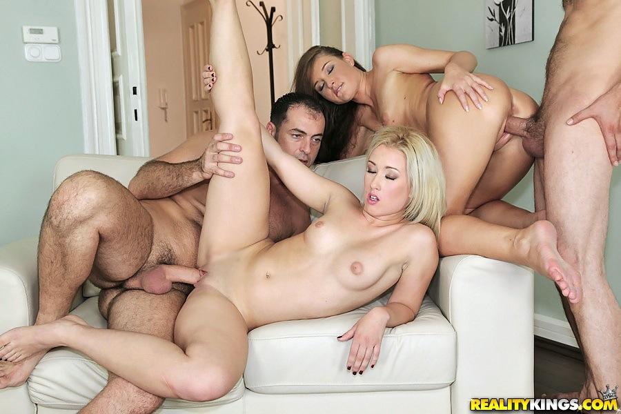 Групповой секс семьями в четвером